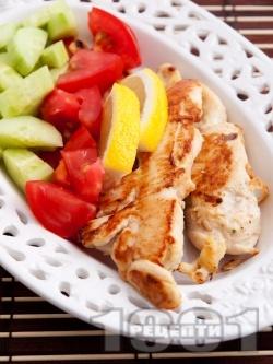 Печени пилешки бонфиленца на тиган със свежа салата - снимка на рецептата